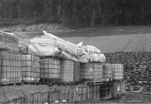 Deposito-de-residuos-en-vertedero-de-seguridad-previo-a-su-cubricion